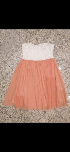 Verspieltes apricotfarbenes Kleidchen