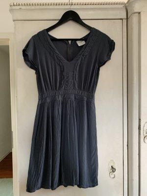 Verspieltes dunkelblaues Kleid von Vero Moda, V-Ausschnitt