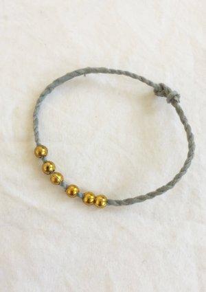 Verstellbares Armband aus Pastell-türkisem Band und goldfarbenen Perlen