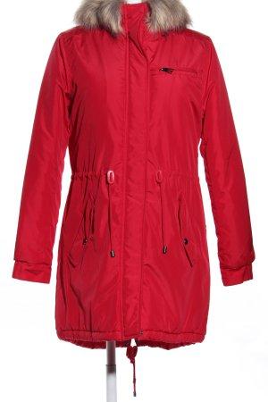Abrigo con capucha rojo look casual