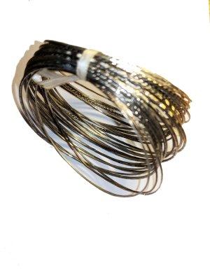 Viele dünne metallene Armreifen Gr. S