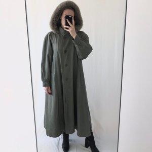 Laura Abrigo con capucha caqui
