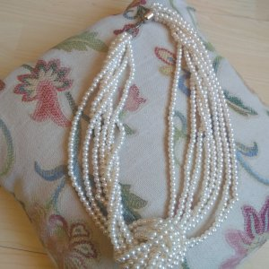 Collier de perles blanc matériel synthétique