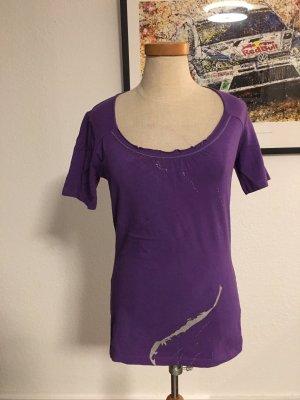 Violettes Top mit silberfarbenen Glitzerstreifen von Apriori