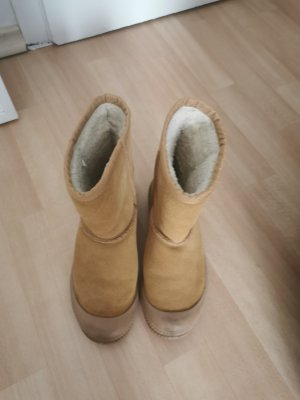 Warme boots in camel Farbe mit Schafsfell
