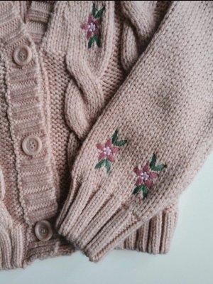 Warme Stickjacke mit Blumenstickerei