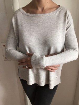 Weicher weiß grauer Pullover