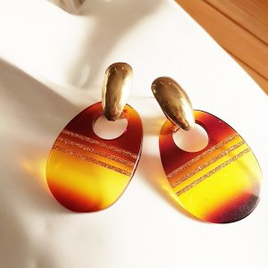 Boucle d'oreille incrustée de pierres doré-brun