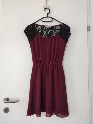 Weinrotes/lila Kleid mit Taillengürtel