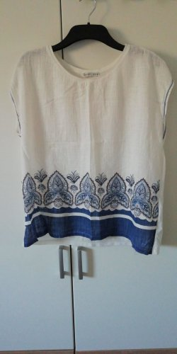 Weiß blaues Shirt
