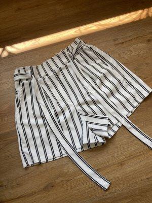 Weiß-schwarz gestreifte Shorts