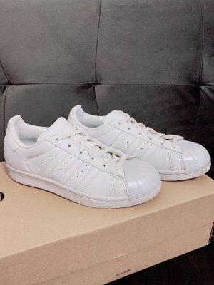 weiße Adidas Superstars