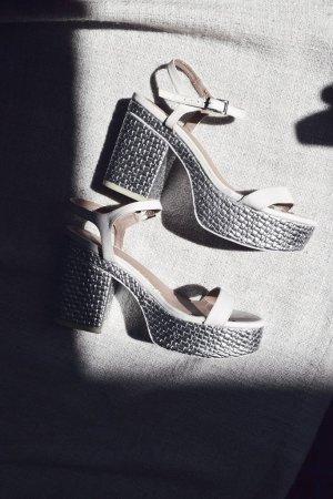 Weiße Asos Sandaletten mit Blockabsatz in silber metallic aus