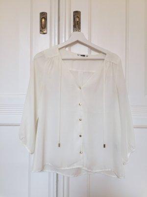 Weiße Bluse, goldene Knöpfe