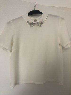 Weiße Bluse mit besticktem Kragen