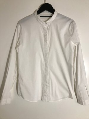 Weiße Bluse mit Bubikragen