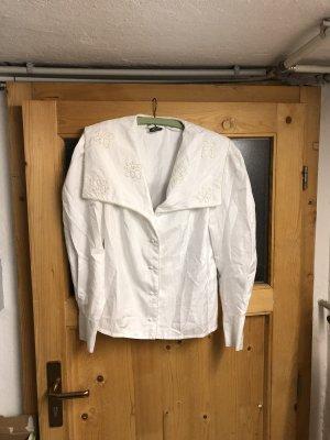 Weiße Bluse mit großen Kragen