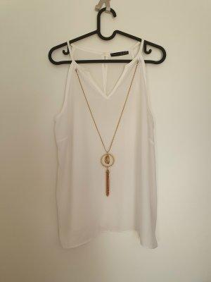 Weiße Bluse mit Kette
