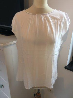 Weiße Bluse mit Kettendetail