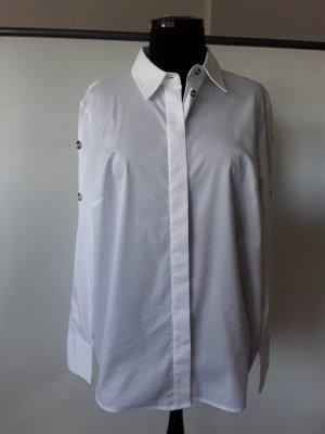 Weisse Bluse mit Knöpfen am Ärmel