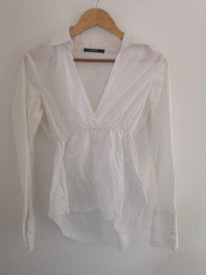 weiße Bluse mit raffiniertem Schnitt