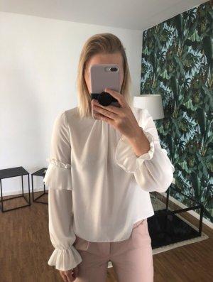 weiße Bluse mit Rüschen-Details