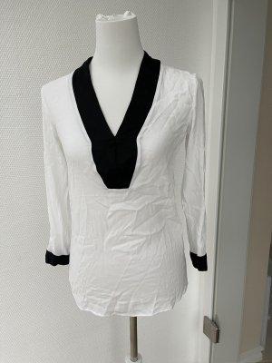 Weiße Bluse mit schwarzem Ausschnitt