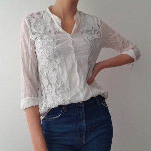 Weiße Bluse mit Spitzendetail