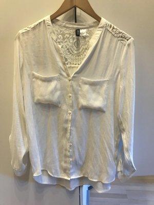 Weiße Bluse mit Spitzeneinsatz