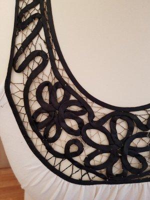 Weiße Bluse, schwarze Details, Spitze
