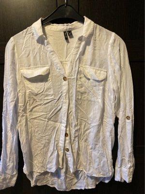 Weiße Bluse zum Knöpfen