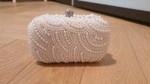 Weiße Clutch mit Perlen