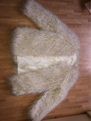 Weiße Felljacke