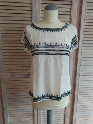 Weiße Folklore-Bluse mit blauer Stickerei