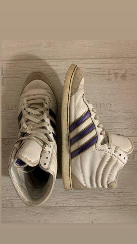 Weiße halbhohe Adidas Sneaker