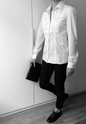 Weisse Hemd-Bluse mit eleganter Stoff-Applikation
