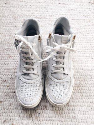 Weiße High-Sneaker mit goldenen Details