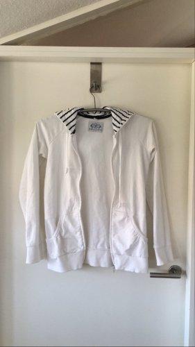 weiße Jacke mit blau-weiß gestreifter Kapuze