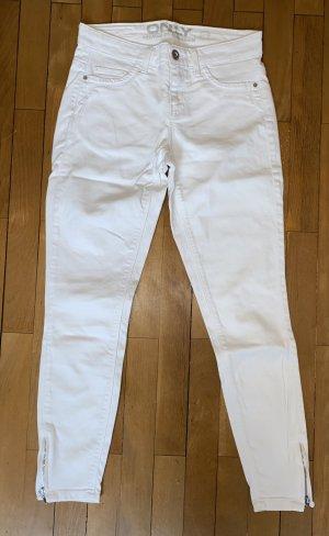 Weiße Jeans im Used-Look