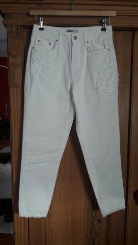 weiße Jeans mit Applikationen