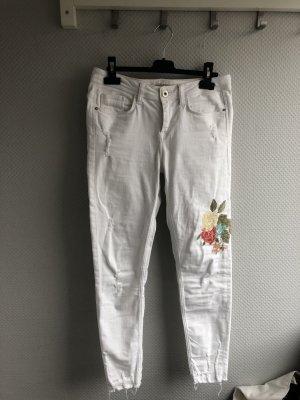 Weiße Jeans mit Blumenstickerei