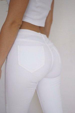 Weiße Jeans mit Motorraddetails an den Knien
