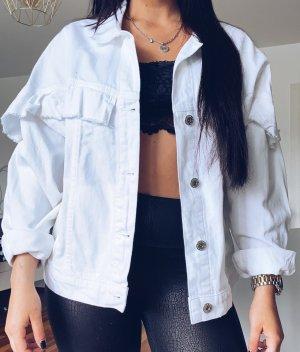 weiße Jeansjacke mit Rüschen