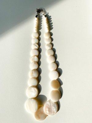 Naszyjnik z muszelek biały-w kolorze białej wełny