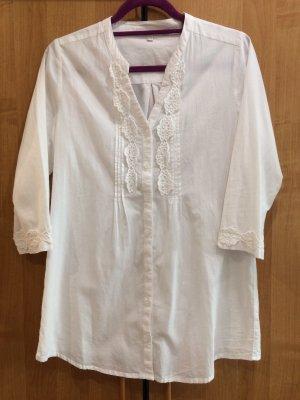 Weiße, längere Bluse mit Spitzenverzierung