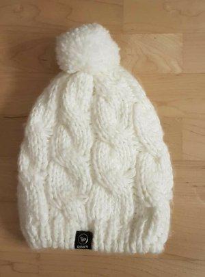 weiße Mütze mit Bommel und Zopfmuster