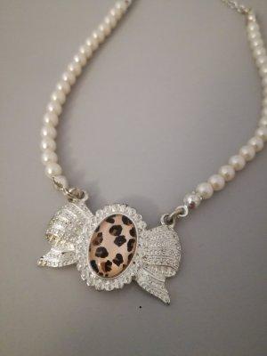 weiße Perlenkette mit Schleifenanhänger Leo