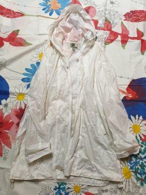 weiße Regenjacke