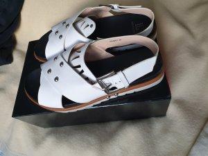 Weiße Sandale mit dicker Sohle