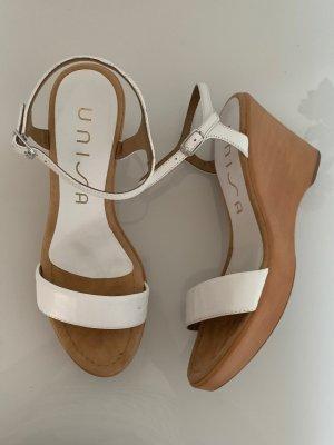 Weiße Sandaletten mit Keilabsatz